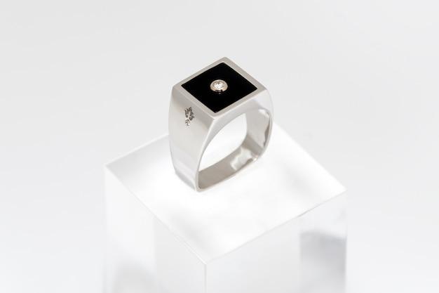 Pierścionek z brylantem dla mężczyzn. biały złoty samiec pierścionek na bielu