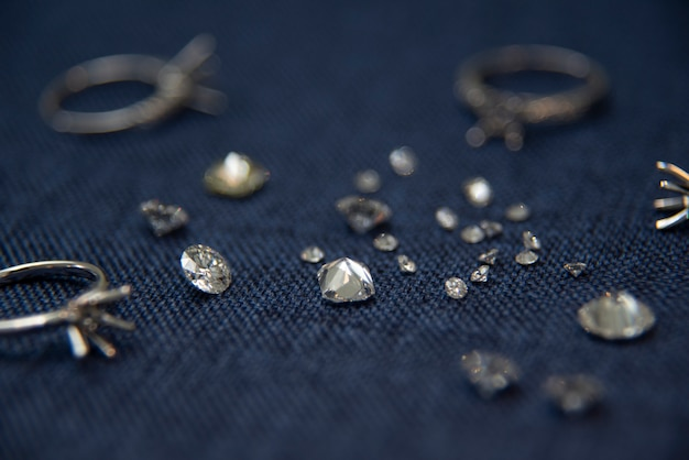 Pierścionek z brylantem pierścionek na niebieskim tle sprzedający klejnoty