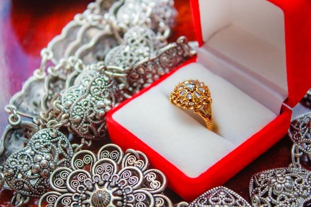 Pierścionek z brylantem złoty, klejnot w stylu tajskim.