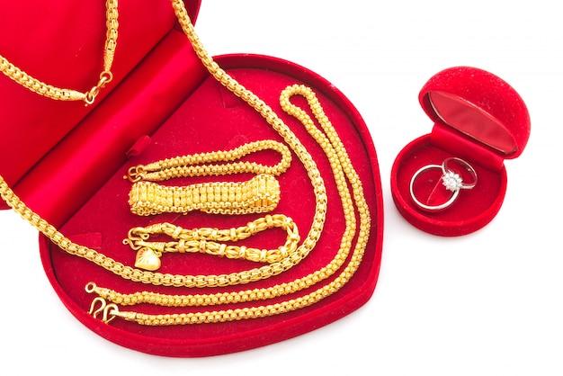 Pierścionek zaręczynowy i złota biżuteria