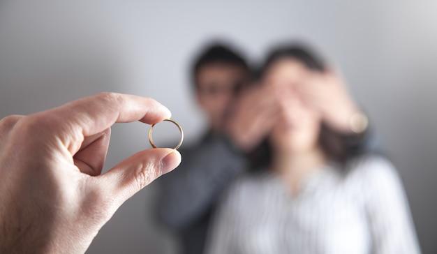 Pierścionek zaręczynowy. mężczyzna ma zamiar dać i oświadczyć się dziewczynie