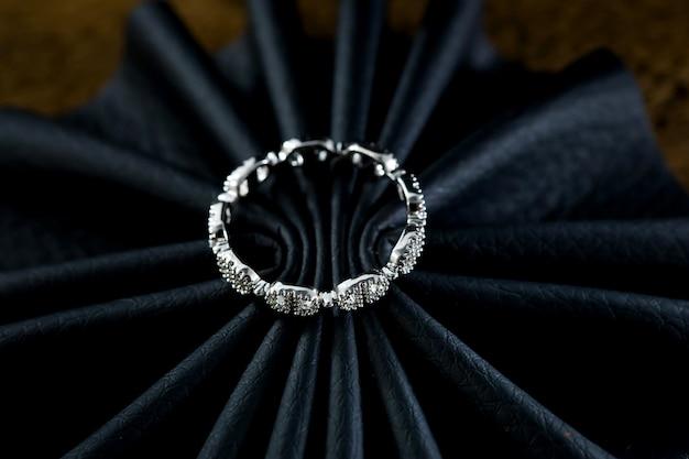 Pierścionek zaręczynowy na czarnym