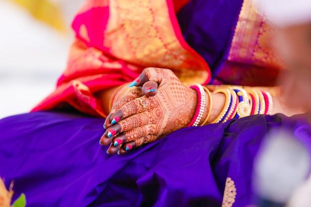 Pierścionek zaręczynowy w dłoni