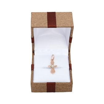 Pierścionek zaręczynowy z białego złota i pereł w eleganckim pudełku jubilerskim.