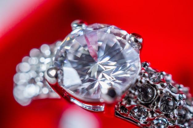 Pierścionek zaręczynowy z brylantem w czerwonym pudełku z biżuterią