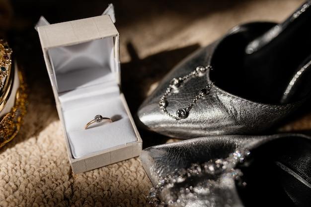 Pierścionek zaręczynowy znajduje się w małym pudełku