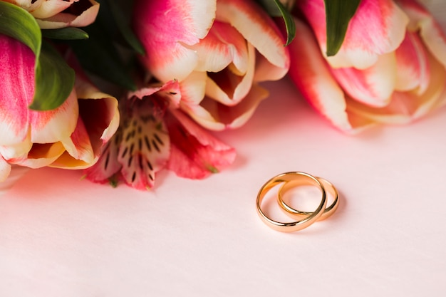 Pierścionki zaręczynowe i kwiaty