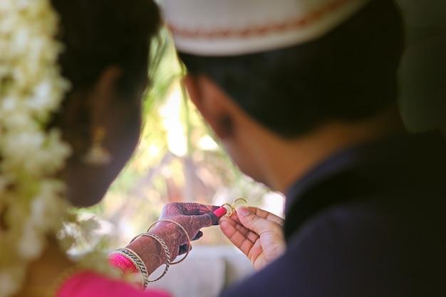 Pierścionki zaręczynowe na rękach panny młodej i pana młodego