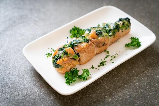 Piersi z kurczaka faszerowane szpinakiem i serem na talerzu