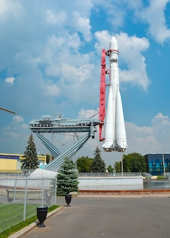 """Pierwsza na świecie załogowa rakieta kosmiczna """"wostok"""" na wystawie w moskwie, rosja"""