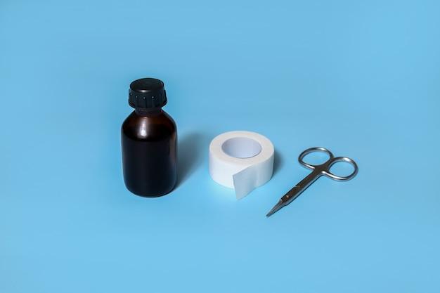 Pierwsza pomoc przy skaleczeniach i urazach palców, kolan. antyseptyczny, plaster, nożyczki.