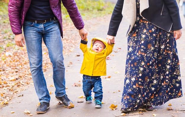 Pierwsze kroki chłopca z matką i ojcem