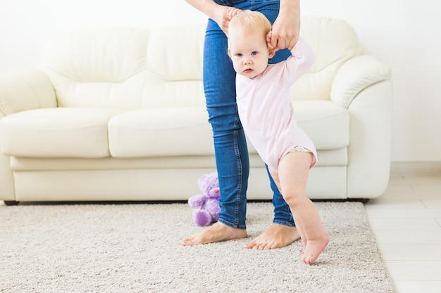 Pierwsze kroki. mała dziewczynka uczy się chodzić.