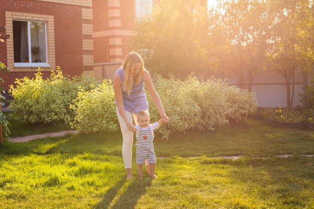 Pierwsze kroki małego chłopca w lecie parku