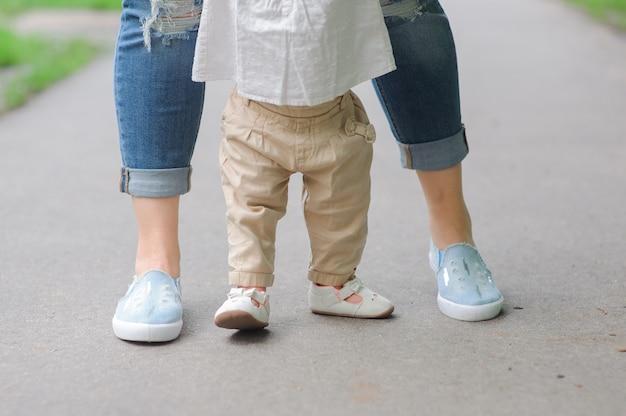Pierwsze kroki z pomocą matki