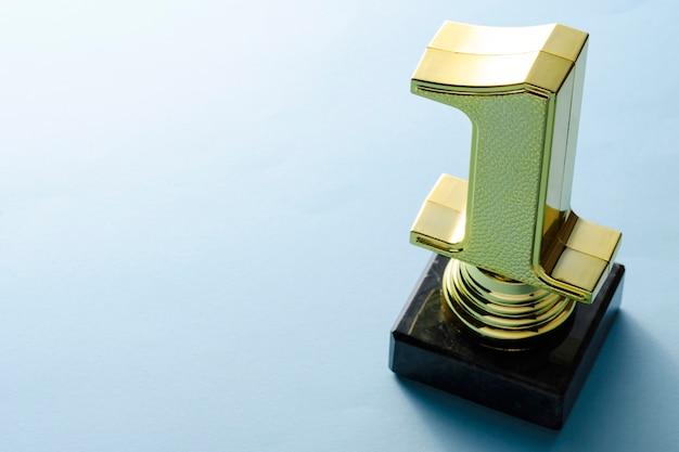 Pierwsze miejsce trofeum mistrzów złota metalik