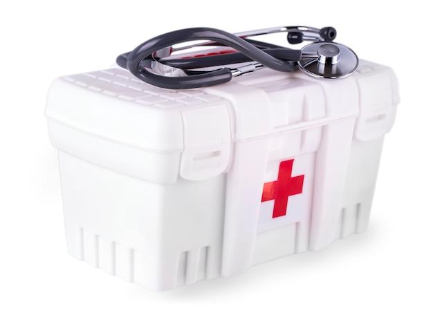 Pierwsze pomoce i stetoskop na białym tle