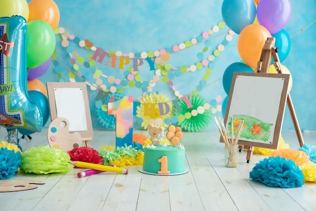 Pierwsze urodziny rozbijają ciasto. życzenia urodzinowe.