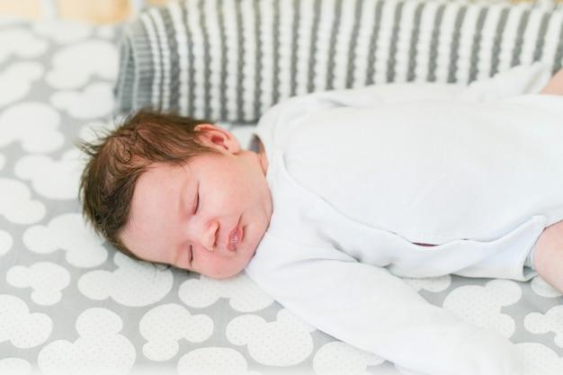 Pierwszy dzień dziecka w domu. noworodek śpi pierwsze dni życia. śliczne małe noworodek śpi spokojnie