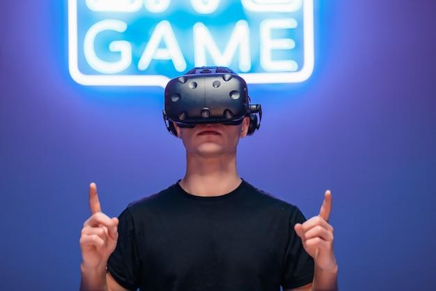 Pierwszy gracz przygotowuje się do gry.