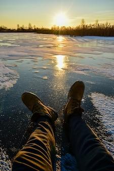 Pierwszy lód na słońcu o zachodzie słońca