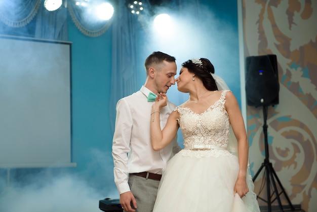 Pierwszy taniec weselny młodej pary. taniec weselny