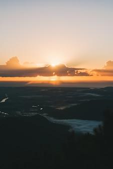 Pierwszy wschód słońca w australii krajobraz piękne widoki ze słońcem i chmurami