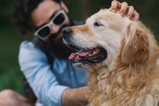 Pies i jego właściciel - fajny pies i młody człowiek dobrze się bawią