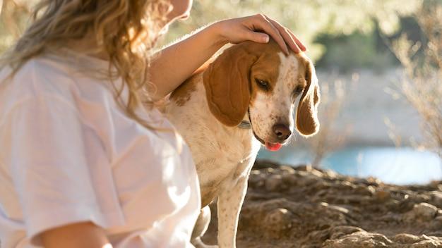 Pies i jej właściciel w przyrodzie