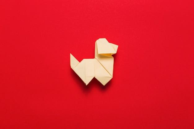 Pies origami na czerwono