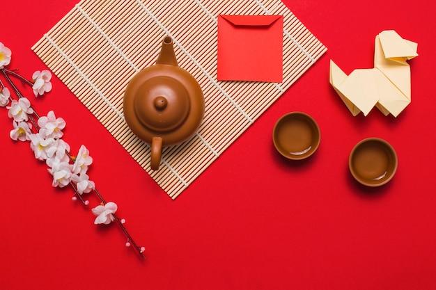 Pies origami w pobliżu dostaw do ceremonii parzenia herbaty