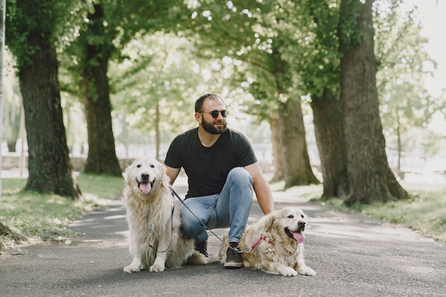 Pies przewodnik pomagający niewidomemu w mieście. przystojny ślepy facet odpoczywa z golden retriever w mieście.