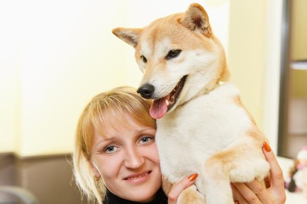 Pies shiba inu ze swoim właścicielem. koncepcja przyjaźni.