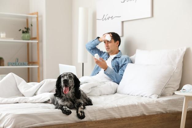 Pies z chorym właścicielem w domu