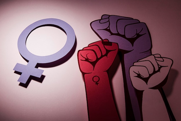 Pięści w powietrzu kobiety moc i symbol