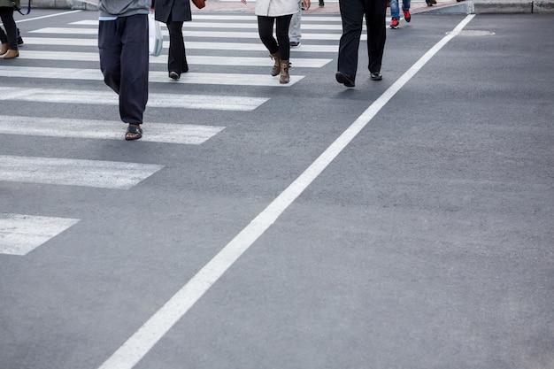 Piesi przechodzący przez jezdnię