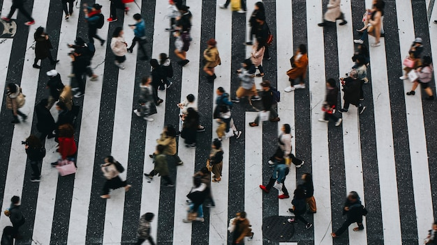 Piesi przechodzący przez przejście dla pieszych w shibuya w japonii