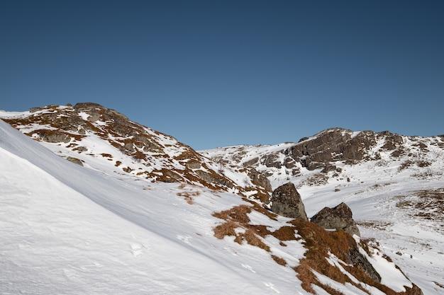 Piesze wędrówki po zaśnieżonym wzgórzu i błękitne niebo zimą na lofotach w norwegii