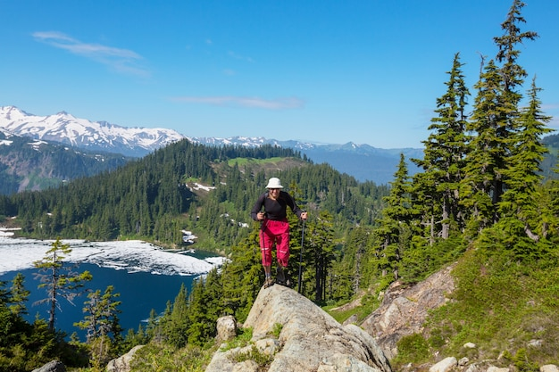 Piesze wycieczki człowiek w górach odkryty aktywny styl życia przygoda wakacje latem. koncepcja wędrówki
