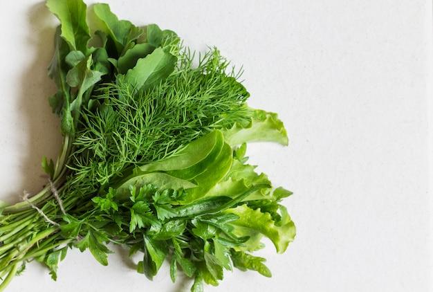 Pietruszka, koperek, rukola i sałata. pojęcie zdrowego odżywiania. wegańskie, wegetariańskie jedzenie