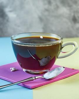 Pigułka substytutu cukru, słodzik wpadający do filiżanki kawy
