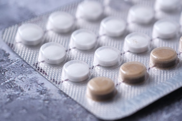 Pigułki antykoncepcyjne na czarnej przestrzeni, z bliska