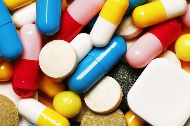 Pigułki jako tło. witaminy i antybiotyki. miejsce na tekst. widok z góry.