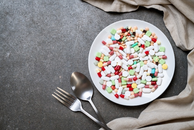 Pigułki, leki, apteka, medycyna lub medycyna na talerzu