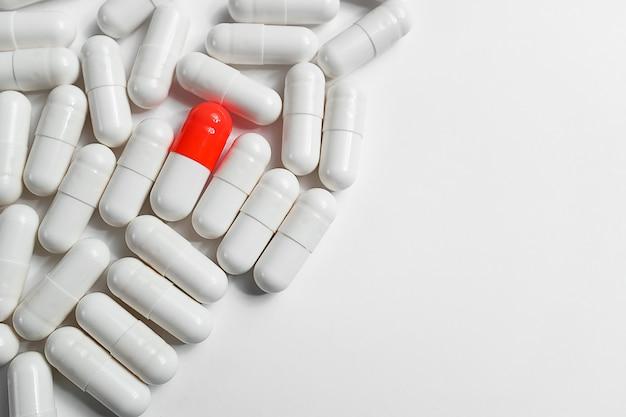 Pigułki lub leki są rozproszone na białym tle. układ reklamy, tło sieci web. pojęcie medycyny, farmacji i opieki zdrowotnej. przeciwbólowy.