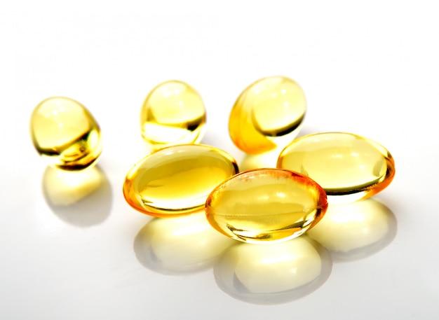 Pigułki oleju z ryb na białym tle