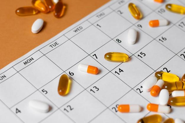Pigułki pod dużym kątem w kalendarzu