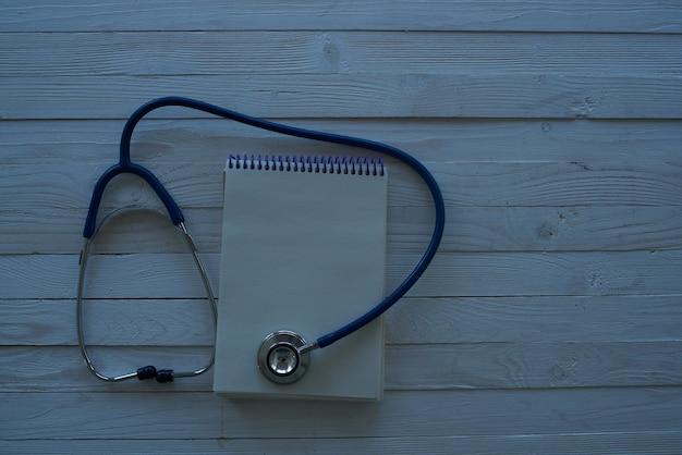 Pigułki stetoskop drewniane tła leczenie szpital. zdjęcie wysokiej jakości