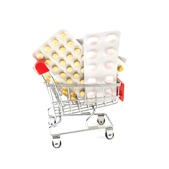 Pigułki w koszyku. koncepcja zdrowia i medycyny. zakupy leków online.