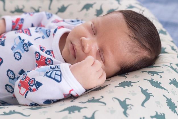 Pij dobrze zrelaksowany na poduszce iz zamkniętymi oczami.
